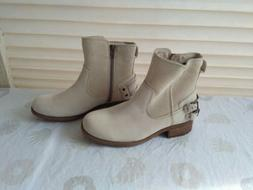 UGG ELORA SAHARA LEATHER ANKLE HEELS with cute buckles light